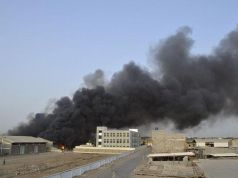 Smoke billows from the site of a Saudi-led air strike in Yemen's western port city of Houdieda August 16, 2015. (REUTERS/Stringer)