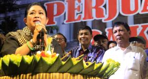 Siti Hediati Hariyadi atau yang lebih dikenal sebagai Titiek Soeharto bersama tokoh aktivis Hariman Siregar. AKTUAL/WARNOTO