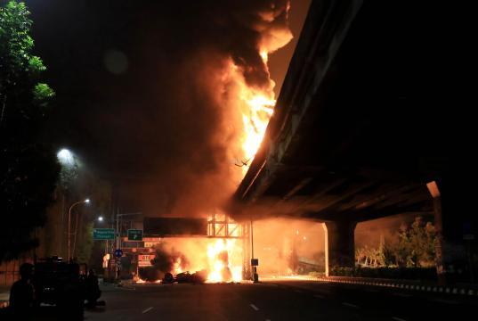 Mobil pengangkut bahan bakar minyak (BBM) meledak di atas jalan Tol layang Lingkar Dalam Jakarta, tepatnya di Jl. By Pass Jenderal Ahmad Yani, Jakarta Timur, Minggu 21 Juli 2019, dini hari. AKTUAL/ AHMAD WARNOTO