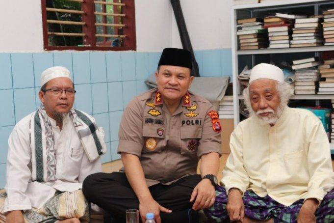 Kapolda Banten Irjen Pol Agung Sabar Santoso, mwndatangi salah seorang tokoh ulama Banten KH Muhtadi Dimyati di Cidahu, Pandeglang, Sabtu. (ANTARA/Mulyana)