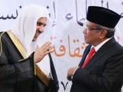 Sekretaris Jenderal Rabithah Alam Al-Islami (Liga Muslim Dunia) Syekh Muhammad bin Abdul Karim Al-Issa saat berbincang dengan Ketua Umum PBNU KH Said Aqil Siroj, Kamis (27/2) di Kantor PBNU Jakarta. (Foto: NU Online/Suwitno)