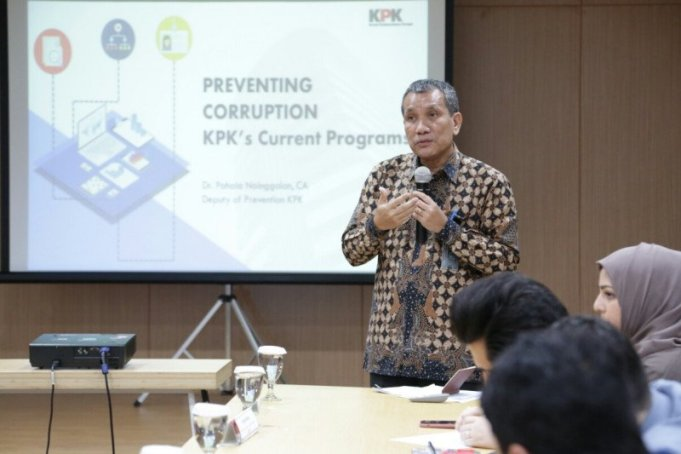 Deputi Pencegahan KPK Pahala Nainggolan memberikan paparan saat menerima kunjungan lembaga Asset Registration and Verification Authority (ARVA) Afghanistan di gedung Pusat Edukasi Antikorupsi KPK, Jakarta, Senin (17/2/2020). (KPK)