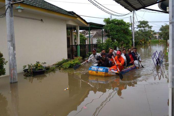 Evakuasi korban banjir di Garden City Residence Periuk Tangerang.