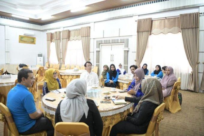 Wakil Ketua TP PKK Aceh, Dyah Erti Idawati menerima kunjungan dan silaturrahmi dari Aceh Community di Aula Rumah Dinas Wakil Gubernur Aceh, Banda Aceh, Senin (3/2/2020). ANTARA/dok