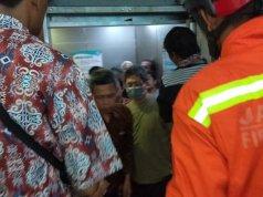 Tim Damkar Jakarta Timur mengevakuasi sejumlah orang yang terjebak dalam lift di salah satu rumah sakit di kawasan Pulo Gadung, lift kelebihan muatan hingga tidak beroperasi, Sabtu (28/2/2020)