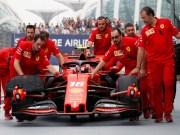 Tim Scuderia Ferrari sedang mendorong mobil Charles Leclerc di daerah pitstop Grand Prix Singapura pada 22 September lalu | REUTERS/Tim Chong