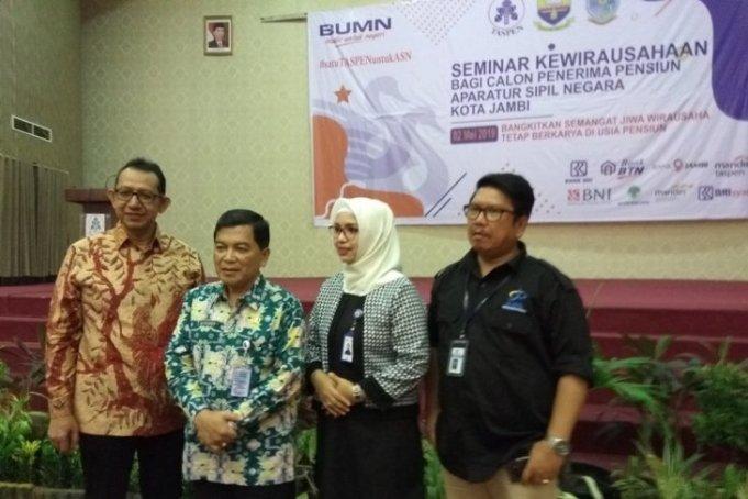 Kepala PT Taspen (Persero) Cabang Jambi bersama Sekda Kota Jambi H Budidaya tengah memberikan keterangan pers terkait kegiatan seminar kewirausahaan untuk calon penerima pensiun di Jambi. Kamis (2/5). (istimewa)
