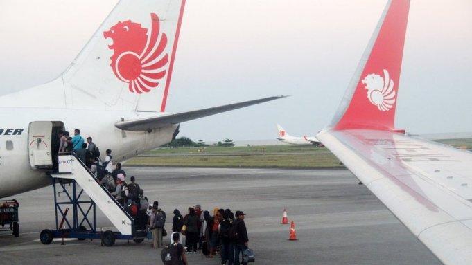 Sejumlah calon penumpang antre naik ke pesawat maskapai Lion Air
