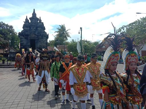 Launching Pertunjukan Kesenian Kabupaten Magelang, dilakukan prosesi kirab dari Panggung Pertunjukan TIC Borobudur mengitari Candi Pawon Desa Wanurejo.