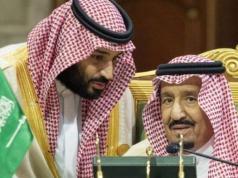 Putra Mahkota Saudi Mohammed bin Salman (kiri) berbicara dengan Raja Arab Saudi Salman bin Abdulaziz