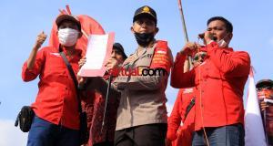 Aksi Unjuk Rasa Kader PDIP di Polres Jakarta Timur