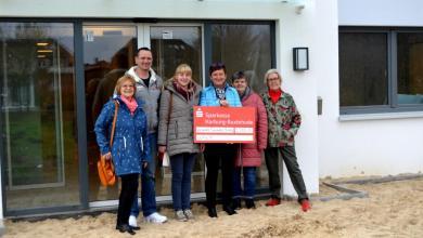 Photo of Die Künstler des Wildpark Schwarze Berge spenden 3.588,15 Euro an LeA