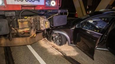 Photo of Audi-Fahrer übersieht Signale und fährt frontal in Lok