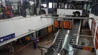 Photo of Gelenkbus kracht in Glasfassade des Bahnhofs