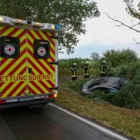 Schwerer Unfall im Gewitter - Auto gegen Baum