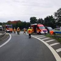 Verunfallter PKW-Fahrer wird im Krankenhaus behandelt