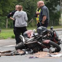 Motorradfahrer fährt bei Rot und kollidiert mit PKW