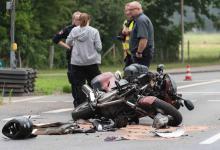 Bild von Motorradfahrer fährt bei Rot und kollidiert mit PKW