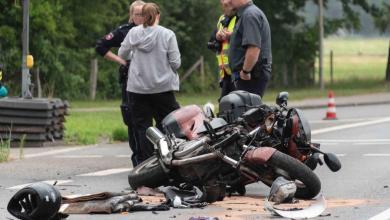 Photo of Motorradfahrer fährt bei Rot und kollidiert mit PKW