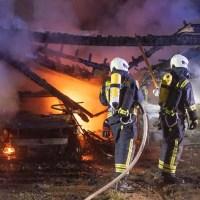 Feuer zerstört Carport und zwei Fahrzeuge vollständig