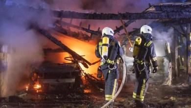 Bild von Feuer zerstört Carport und zwei Fahrzeuge vollständig