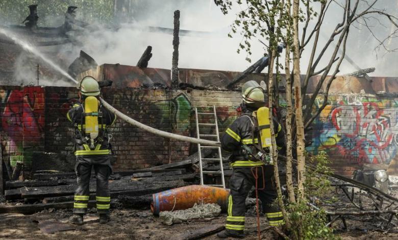Bild von Feuerwehr löscht Brand in Abbruchhaus