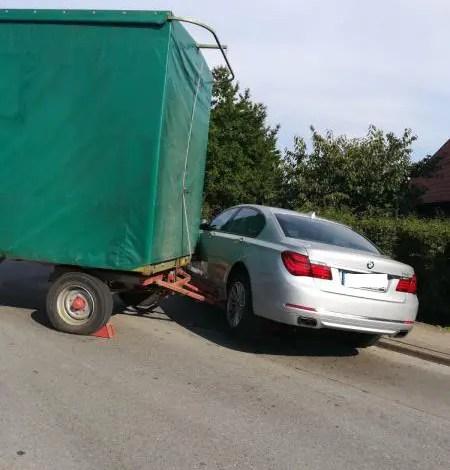 Bild von Traktoranhänger löst sich vom Zugfahrzeug und stößt gegen BMW
