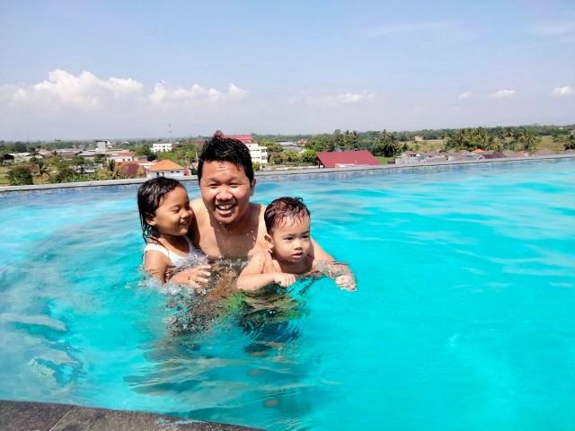 kolam renang roof top braling grand hotel