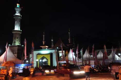 bazar tetap ramai pada malam hari