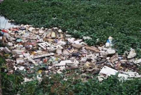 sampah menumpuk di Situ Kuru