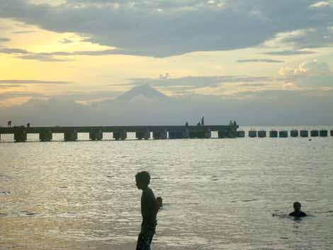 Selain sebagai pelabuhan penghubung (connecting harbour), Bangsal bisa menarik perhatian turis karena keindahannya