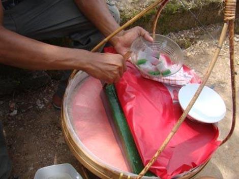 Dipotong menggunakan bambu