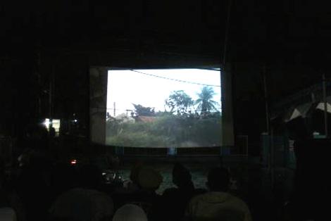 Penonton menyaksikan video tentang Situ Gintung dalam acara Pemutaran Video akumassa Ciputat