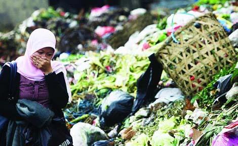 Warga menutup hidung saat melintasi tumpukan sampah yang mulai menggunung di Pasar Ciputat, Tangerang Selatan, Banten, Senin (25/1). Tumpukan sampah yang tak terangkut di Tangerang Selatan itu merupakan bagian dari lemahnya koordinasi antara Pemerintah Provinsi Banten dan Pemerintah Kabupaten Tangerang sebagai induk Kota Tangerang Selatan.