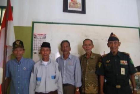 Komandan Veteran Halim bersama kerabat-kerabatnya
