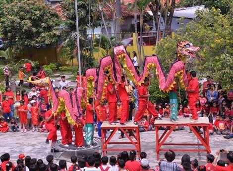 Pertunjukkan Liong oleh siswa SD Silih Asih