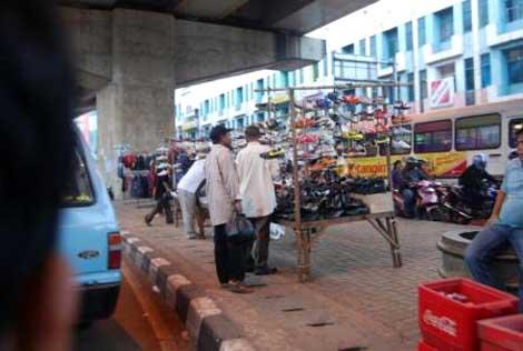 Pedagang sepatu yang berjualan di bawah flyover