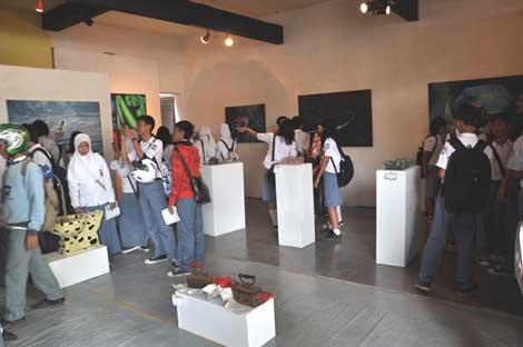 Para pengunjung sedang memotret karya para seniman