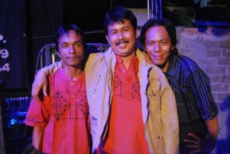 Haji Riswan (tengah) bersama dua personil Familys