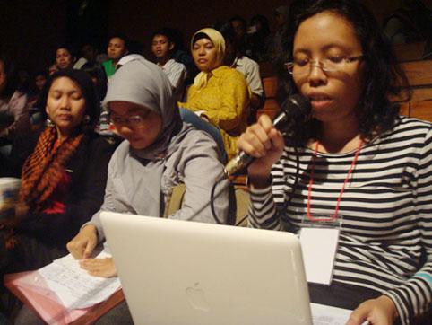 Veronica Kusuma dari Klub Kajian Film IKJ (paling kanan)