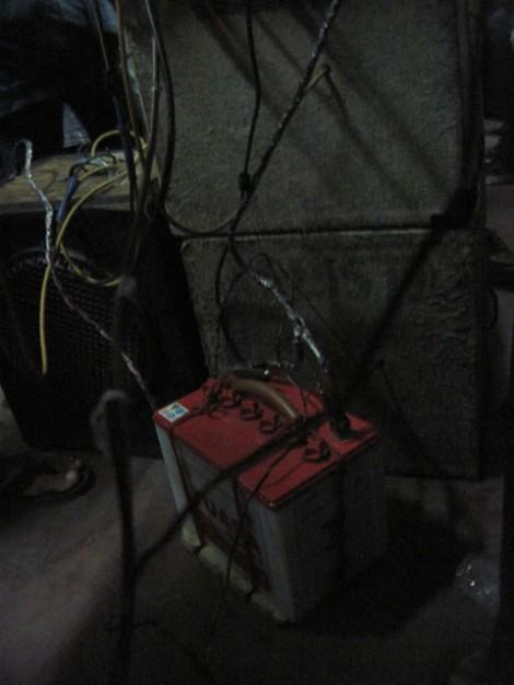 Accu yang digunakan oleh para musisi dangdut kereta