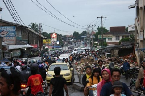 Kemacetan yang terjadi di ruas jalan menuju Kedaung