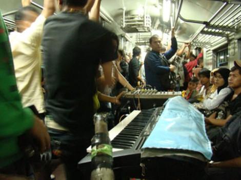 Para musisi dangdut sedang beraksi