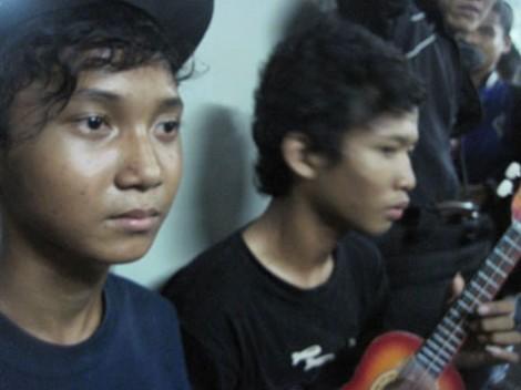 Para pengamen ukulele. Rizki (bertopi) dan Adi (sedang memegang ukulele)