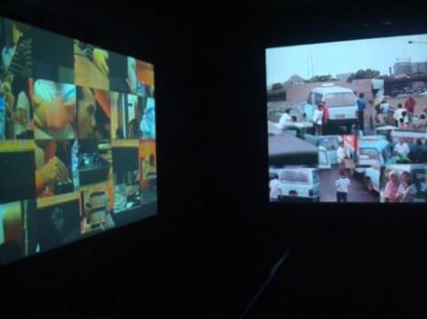 Ruang projector yang menampilkan viedo 'SALE' dan 'Terminal'