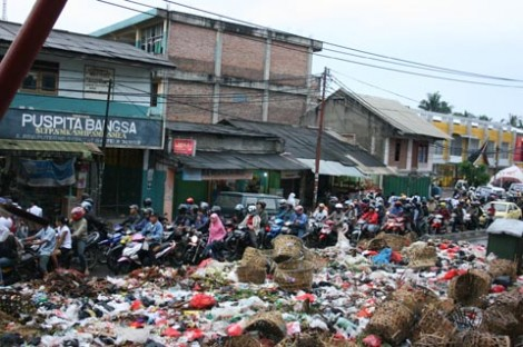 Tumpukan sampah di depan sebuah sekolah