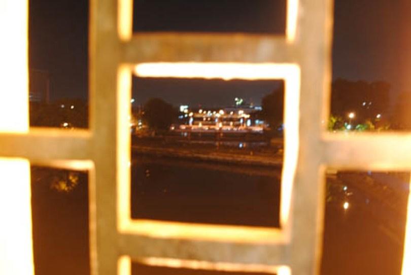 Pemandangan kota dilihat dari Pintu Air Jagir