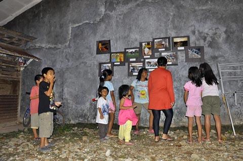 Beberapa warga sekitar sedang melihat pameran foto Simple Ciputat