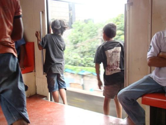 Anak-anak di kereta ekonomi