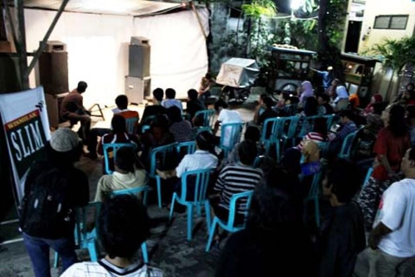 Warga Kampung Plampitan menyaksikan pemutaran video akumassa Surabaya